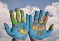mondo dipinto sulle mani